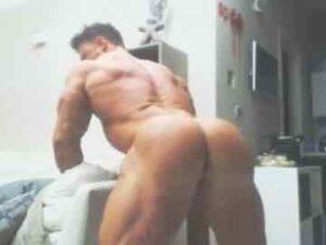 Straight Bodybuilder Showing Off On Webcam